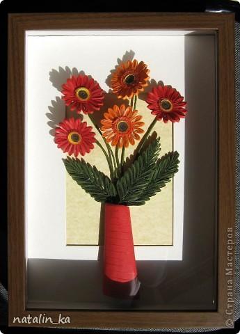 Доброго дня всем жителям СМ! В этот пасхальный день я к вам с герберами. Очень захотелось попробовать сделать эти цветы, к тому же нашелся повод - день рождения у большо-о-о-й их любительницы. Не так давно, благодаря Ольге Ольшак, в нашей Стране появилось много гербер. Мне захотелось их сделать чуть отличными, полностью крученными. Надеюсь, получилось похоже. Имениннице понравились, надеюсь, приглянутся и вам. Делала с удовольствием и в который раз восхищалась возможностями моего любимого квиллинга. Оформление простое - хотелось, чтоб ничто не отвлекало внимания от самих цветов - надеюсь, получилось.  Работа для меня не характерная. Не думала, что, я - миниатюристка, когда-нибудь сделаю композицию в раме (32 х 23 см), но вот... даже понравилось.  фото 6