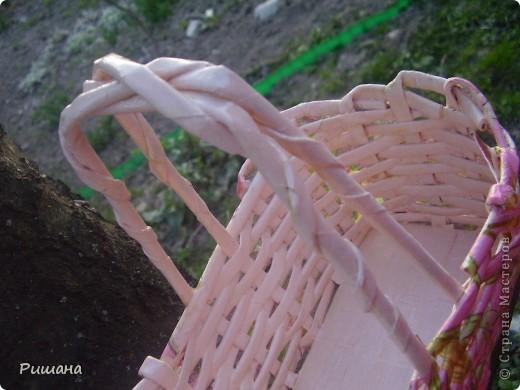 Такая корзинка для прищепок у меня получилась. Плела из бумаги, затем покрыла акриловой розовой краской. А сверху декупаж.  Все это покрыла лаком. фото 2