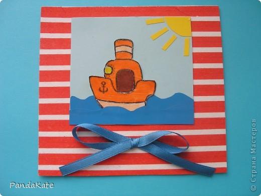 Простая открыточка на любой случай. Можно подарить в качестве пожелания интересного путешествия, успехов в каком-либо деле, на День рождения. В работе использованы различные виды бумаги. Основа--бумага для акварели и цветная салфетка, фон цветная бумага для принтера, волны и солнце--цветная бумага-самоклейка. Рисунок пароходика распечатан на принтере и раскрашен цветными карандашами и фломастерами. фото 2