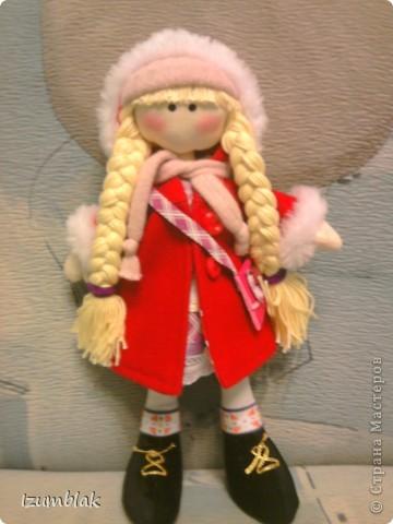 Здравствуйте! На дворе - весна, а я шью зимних девочек в пальто, шапке, шарфе, носочках и ботиночках! И к тому же совсем в детство впала, сделала куклу совсем игровую: вся одежка снимается, ручки - ножки на подвижном креплении, кукла может сидеть, стоять, а еще ей можно делать разные прически. Назвалась именем Инесса.  Да, рост куколки - 36 см. фото 1
