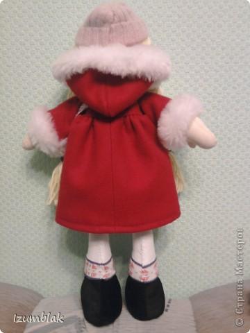 Здравствуйте! На дворе - весна, а я шью зимних девочек в пальто, шапке, шарфе, носочках и ботиночках! И к тому же совсем в детство впала, сделала куклу совсем игровую: вся одежка снимается, ручки - ножки на подвижном креплении, кукла может сидеть, стоять, а еще ей можно делать разные прически. Назвалась именем Инесса.  Да, рост куколки - 36 см. фото 2