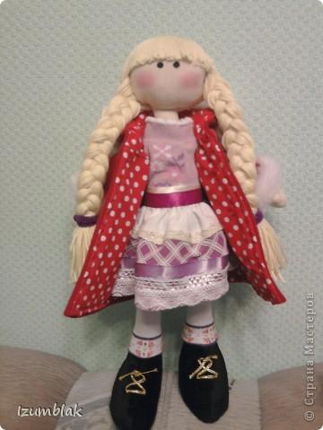 Здравствуйте! На дворе - весна, а я шью зимних девочек в пальто, шапке, шарфе, носочках и ботиночках! И к тому же совсем в детство впала, сделала куклу совсем игровую: вся одежка снимается, ручки - ножки на подвижном креплении, кукла может сидеть, стоять, а еще ей можно делать разные прически. Назвалась именем Инесса.  Да, рост куколки - 36 см. фото 4