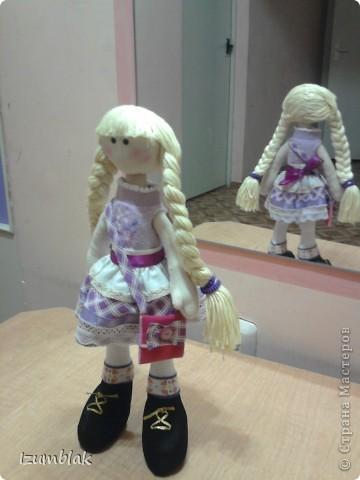 Здравствуйте! На дворе - весна, а я шью зимних девочек в пальто, шапке, шарфе, носочках и ботиночках! И к тому же совсем в детство впала, сделала куклу совсем игровую: вся одежка снимается, ручки - ножки на подвижном креплении, кукла может сидеть, стоять, а еще ей можно делать разные прически. Назвалась именем Инесса.  Да, рост куколки - 36 см. фото 5