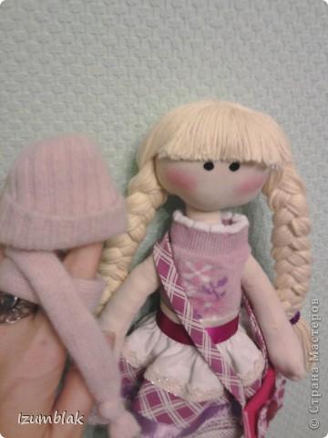 Здравствуйте! На дворе - весна, а я шью зимних девочек в пальто, шапке, шарфе, носочках и ботиночках! И к тому же совсем в детство впала, сделала куклу совсем игровую: вся одежка снимается, ручки - ножки на подвижном креплении, кукла может сидеть, стоять, а еще ей можно делать разные прически. Назвалась именем Инесса.  Да, рост куколки - 36 см. фото 7
