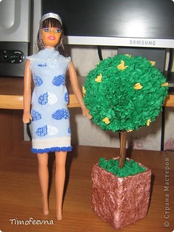 """Приветствую жителей Страны Мастеров и гостей моего блога! У моей маленькой дочи появилась кукла Барби. Не все мамочки меня поймут, но я всё равно расскажу как. Она её нашла на улице. Бедная Барби была совсем без одежды и почти без волос. Я хотела было выбросить куклу, но вы бы видели мою Юлиану.В глазах такой восторг, как будто, она не одну ободраную Барби нашла, а целый клад новых игрушек, вцепилась в неё ручонками и смотрит с такой надеждой и мольбой на меня... я поняла, это любовь с первого взгляда. Ай, думаю, бери себе, я вон в детстве сама чего только домой не тащила... В общем, куклу мы принесли домой, отмыли, ободрали волосы совсем, сделали ей причёску по <a href=""""http://stranamasterov.ru/node/185561?c=favorite"""">МК Маметовой Ирины</a>  и встал вопрос об одежде. Шить я не умею, а вернее ленюсь. поэтому придумали экспресс-метод для лентяек :) платье за две минуты!  фото 6"""
