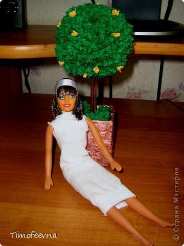 """Приветствую жителей Страны Мастеров и гостей моего блога! У моей маленькой дочи появилась кукла Барби. Не все мамочки меня поймут, но я всё равно расскажу как. Она её нашла на улице. Бедная Барби была совсем без одежды и почти без волос. Я хотела было выбросить куклу, но вы бы видели мою Юлиану.В глазах такой восторг, как будто, она не одну ободраную Барби нашла, а целый клад новых игрушек, вцепилась в неё ручонками и смотрит с такой надеждой и мольбой на меня... я поняла, это любовь с первого взгляда. Ай, думаю, бери себе, я вон в детстве сама чего только домой не тащила... В общем, куклу мы принесли домой, отмыли, ободрали волосы совсем, сделали ей причёску по <a href=""""http://stranamasterov.ru/node/185561?c=favorite"""">МК Маметовой Ирины</a>  и встал вопрос об одежде. Шить я не умею, а вернее ленюсь. поэтому придумали экспресс-метод для лентяек :) платье за две минуты!  фото 5"""