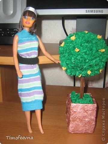 """Приветствую жителей Страны Мастеров и гостей моего блога! У моей маленькой дочи появилась кукла Барби. Не все мамочки меня поймут, но я всё равно расскажу как. Она её нашла на улице. Бедная Барби была совсем без одежды и почти без волос. Я хотела было выбросить куклу, но вы бы видели мою Юлиану.В глазах такой восторг, как будто, она не одну ободраную Барби нашла, а целый клад новых игрушек, вцепилась в неё ручонками и смотрит с такой надеждой и мольбой на меня... я поняла, это любовь с первого взгляда. Ай, думаю, бери себе, я вон в детстве сама чего только домой не тащила... В общем, куклу мы принесли домой, отмыли, ободрали волосы совсем, сделали ей причёску по <a href=""""http://stranamasterov.ru/node/185561?c=favorite"""">МК Маметовой Ирины</a>  и встал вопрос об одежде. Шить я не умею, а вернее ленюсь. поэтому придумали экспресс-метод для лентяек :) платье за две минуты!  фото 7"""