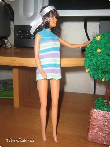 """Приветствую жителей Страны Мастеров и гостей моего блога! У моей маленькой дочи появилась кукла Барби. Не все мамочки меня поймут, но я всё равно расскажу как. Она её нашла на улице. Бедная Барби была совсем без одежды и почти без волос. Я хотела было выбросить куклу, но вы бы видели мою Юлиану.В глазах такой восторг, как будто, она не одну ободраную Барби нашла, а целый клад новых игрушек, вцепилась в неё ручонками и смотрит с такой надеждой и мольбой на меня... я поняла, это любовь с первого взгляда. Ай, думаю, бери себе, я вон в детстве сама чего только домой не тащила... В общем, куклу мы принесли домой, отмыли, ободрали волосы совсем, сделали ей причёску по <a href=""""http://stranamasterov.ru/node/185561?c=favorite"""">МК Маметовой Ирины</a>  и встал вопрос об одежде. Шить я не умею, а вернее ленюсь. поэтому придумали экспресс-метод для лентяек :) платье за две минуты!  фото 8"""