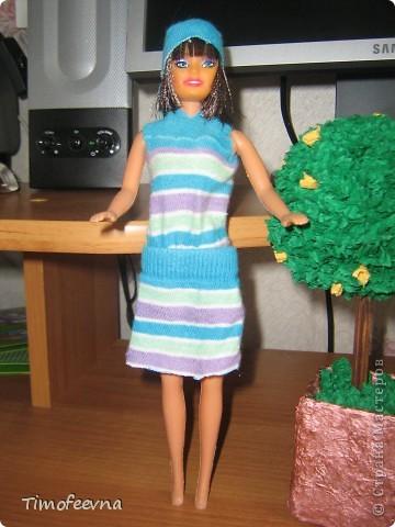 """Приветствую жителей Страны Мастеров и гостей моего блога! У моей маленькой дочи появилась кукла Барби. Не все мамочки меня поймут, но я всё равно расскажу как. Она её нашла на улице. Бедная Барби была совсем без одежды и почти без волос. Я хотела было выбросить куклу, но вы бы видели мою Юлиану.В глазах такой восторг, как будто, она не одну ободраную Барби нашла, а целый клад новых игрушек, вцепилась в неё ручонками и смотрит с такой надеждой и мольбой на меня... я поняла, это любовь с первого взгляда. Ай, думаю, бери себе, я вон в детстве сама чего только домой не тащила... В общем, куклу мы принесли домой, отмыли, ободрали волосы совсем, сделали ей причёску по <a href=""""http://stranamasterov.ru/node/185561?c=favorite"""">МК Маметовой Ирины</a>  и встал вопрос об одежде. Шить я не умею, а вернее ленюсь. поэтому придумали экспресс-метод для лентяек :) платье за две минуты!  фото 10"""
