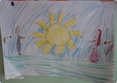 Скоро 1 мая, а это мир. Мир - это теплое солнышко. Дарим вам эти солнышки от моей дочурки.  Это фиолетовое было сделано на уроке технологии для меня (т.е. для мамы) желтого картона не оказалось. Учились пришивать пуговицы, все просто к картону, а моя дочурка на солнышко. Я его очень люблю. Повесила возле кровати и каждое утро на него любуюсь. фото 3