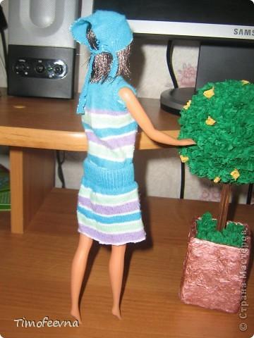 """Приветствую жителей Страны Мастеров и гостей моего блога! У моей маленькой дочи появилась кукла Барби. Не все мамочки меня поймут, но я всё равно расскажу как. Она её нашла на улице. Бедная Барби была совсем без одежды и почти без волос. Я хотела было выбросить куклу, но вы бы видели мою Юлиану.В глазах такой восторг, как будто, она не одну ободраную Барби нашла, а целый клад новых игрушек, вцепилась в неё ручонками и смотрит с такой надеждой и мольбой на меня... я поняла, это любовь с первого взгляда. Ай, думаю, бери себе, я вон в детстве сама чего только домой не тащила... В общем, куклу мы принесли домой, отмыли, ободрали волосы совсем, сделали ей причёску по <a href=""""http://stranamasterov.ru/node/185561?c=favorite"""">МК Маметовой Ирины</a>  и встал вопрос об одежде. Шить я не умею, а вернее ленюсь. поэтому придумали экспресс-метод для лентяек :) платье за две минуты!  фото 11"""