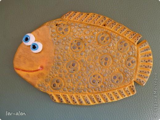 Когда делала мальков для панно Рыбовладельческого, понравилась фактура у одного, захотелось повторить покрупнее. Получилась как чешуя змеи или ящера. Верхний слой краски -голубой перламутровый. На плавниках-золотой. фото 4