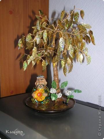 Это работа моей мамы! Она совсем недавно начала осваивать технику бисероплетения и на мой взгляд делает успехи, добавляет новые идеи (идея посадить узбекского дедульку под деревом её! меня впечатлило!) фото 1