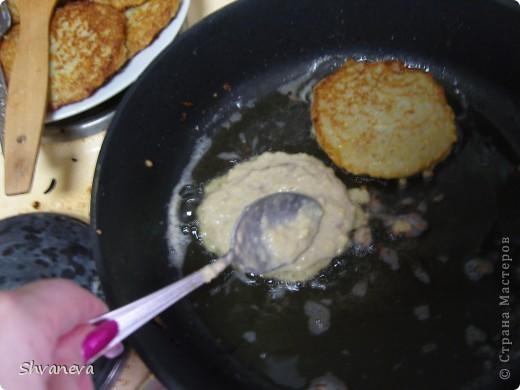 Подготовить мясной фарш, как для котлет. Я делаю в равных пропорциях: свинина, говядина, индейка и много лука+1 яйцо, соль и перец. фото 5