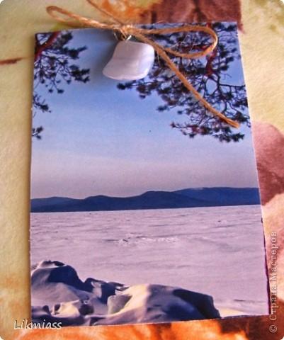 """""""Гляжу в озера синие"""" - так называется моя новая серия АТСок. И не было бы в ней ничего особенного, если бы не эти фото. А фото эти сделаны моими коллегами, моими друзьями, которые бесконечно любят край голубых озер, наш Миасс. Я постаралась выбрать виды  нашего знаменитого озера Тургояк в разные времена года. Озеро Турояк - жемчужина южного урала, чистейшее и красивейшее, великолепное и загадочное. Оно поит своей живительной влагой, лечит своим легким родоном, дает прохладу в жаркий день и дарит умопомрачительной красоты виды с любого его берега. Озеро питается только подземными источниками, в него ничего не впадает и ничего не вытекает . Оно самодостаточно и величаво.Оно великолепно. В приложение и дополнение к величию и красоте озера Тургояк я добавила на каждую АТСку наши Миасские минералы и поделочные камни. Вся таблица Менделеева представлена в нашем Ильменском заповеднике и это тоже уникальное явление природы матушки. Камни  в виде кулонов, так что можно развязать бантик, снять кулончик и пофорсить. Итак начнем... фото 2"""