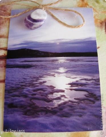 """""""Гляжу в озера синие"""" - так называется моя новая серия АТСок. И не было бы в ней ничего особенного, если бы не эти фото. А фото эти сделаны моими коллегами, моими друзьями, которые бесконечно любят край голубых озер, наш Миасс. Я постаралась выбрать виды  нашего знаменитого озера Тургояк в разные времена года. Озеро Турояк - жемчужина южного урала, чистейшее и красивейшее, великолепное и загадочное. Оно поит своей живительной влагой, лечит своим легким родоном, дает прохладу в жаркий день и дарит умопомрачительной красоты виды с любого его берега. Озеро питается только подземными источниками, в него ничего не впадает и ничего не вытекает . Оно самодостаточно и величаво.Оно великолепно. В приложение и дополнение к величию и красоте озера Тургояк я добавила на каждую АТСку наши Миасские минералы и поделочные камни. Вся таблица Менделеева представлена в нашем Ильменском заповеднике и это тоже уникальное явление природы матушки. Камни  в виде кулонов, так что можно развязать бантик, снять кулончик и пофорсить. Итак начнем... фото 4"""