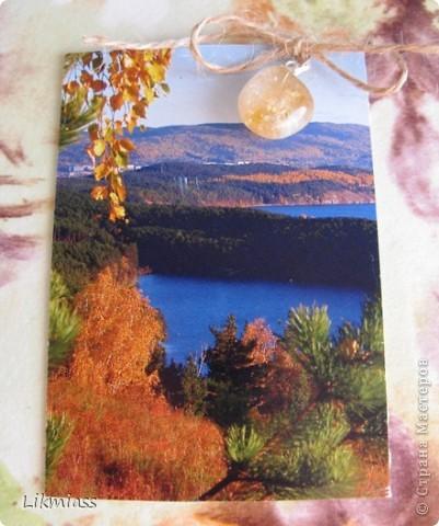 """""""Гляжу в озера синие"""" - так называется моя новая серия АТСок. И не было бы в ней ничего особенного, если бы не эти фото. А фото эти сделаны моими коллегами, моими друзьями, которые бесконечно любят край голубых озер, наш Миасс. Я постаралась выбрать виды  нашего знаменитого озера Тургояк в разные времена года. Озеро Турояк - жемчужина южного урала, чистейшее и красивейшее, великолепное и загадочное. Оно поит своей живительной влагой, лечит своим легким родоном, дает прохладу в жаркий день и дарит умопомрачительной красоты виды с любого его берега. Озеро питается только подземными источниками, в него ничего не впадает и ничего не вытекает . Оно самодостаточно и величаво.Оно великолепно. В приложение и дополнение к величию и красоте озера Тургояк я добавила на каждую АТСку наши Миасские минералы и поделочные камни. Вся таблица Менделеева представлена в нашем Ильменском заповеднике и это тоже уникальное явление природы матушки. Камни  в виде кулонов, так что можно развязать бантик, снять кулончик и пофорсить. Итак начнем... фото 7"""