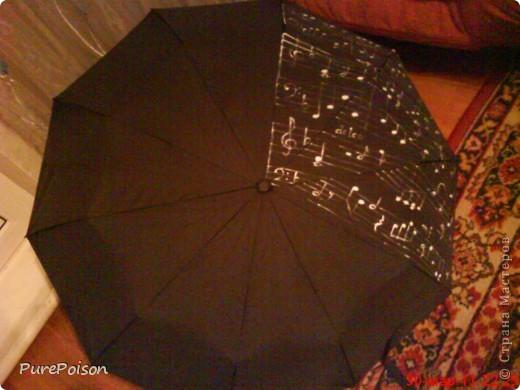 Вот так я расписала обычный черный зонтик в подарок свекрови (она у меня музыкант по образованию). Сначала планировалось расписать половину зонта, но, по ходу работы, оказалось, что это не так просто как казалось... фото 1