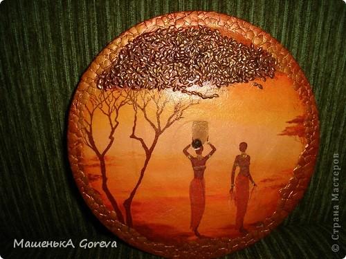 Крону деревьев,обыграла семечками льна,покругу скорлупки,украшения у девушек золотым глитером. фото 2
