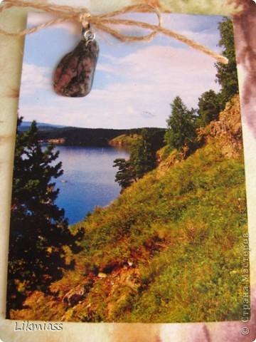 """""""Гляжу в озера синие"""" - так называется моя новая серия АТСок. И не было бы в ней ничего особенного, если бы не эти фото. А фото эти сделаны моими коллегами, моими друзьями, которые бесконечно любят край голубых озер, наш Миасс. Я постаралась выбрать виды  нашего знаменитого озера Тургояк в разные времена года. Озеро Турояк - жемчужина южного урала, чистейшее и красивейшее, великолепное и загадочное. Оно поит своей живительной влагой, лечит своим легким родоном, дает прохладу в жаркий день и дарит умопомрачительной красоты виды с любого его берега. Озеро питается только подземными источниками, в него ничего не впадает и ничего не вытекает . Оно самодостаточно и величаво.Оно великолепно. В приложение и дополнение к величию и красоте озера Тургояк я добавила на каждую АТСку наши Миасские минералы и поделочные камни. Вся таблица Менделеева представлена в нашем Ильменском заповеднике и это тоже уникальное явление природы матушки. Камни  в виде кулонов, так что можно развязать бантик, снять кулончик и пофорсить. Итак начнем... фото 5"""
