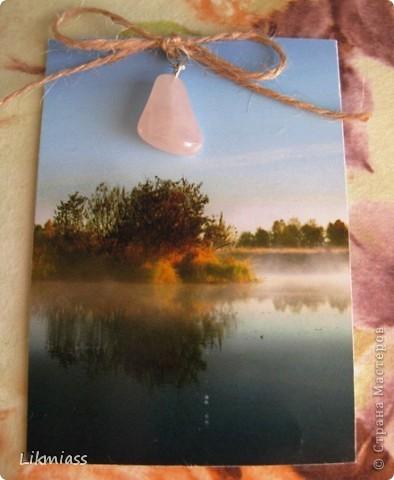 """""""Гляжу в озера синие"""" - так называется моя новая серия АТСок. И не было бы в ней ничего особенного, если бы не эти фото. А фото эти сделаны моими коллегами, моими друзьями, которые бесконечно любят край голубых озер, наш Миасс. Я постаралась выбрать виды  нашего знаменитого озера Тургояк в разные времена года. Озеро Турояк - жемчужина южного урала, чистейшее и красивейшее, великолепное и загадочное. Оно поит своей живительной влагой, лечит своим легким родоном, дает прохладу в жаркий день и дарит умопомрачительной красоты виды с любого его берега. Озеро питается только подземными источниками, в него ничего не впадает и ничего не вытекает . Оно самодостаточно и величаво.Оно великолепно. В приложение и дополнение к величию и красоте озера Тургояк я добавила на каждую АТСку наши Миасские минералы и поделочные камни. Вся таблица Менделеева представлена в нашем Ильменском заповеднике и это тоже уникальное явление природы матушки. Камни  в виде кулонов, так что можно развязать бантик, снять кулончик и пофорсить. Итак начнем... фото 6"""