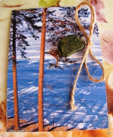 """""""Гляжу в озера синие"""" - так называется моя новая серия АТСок. И не было бы в ней ничего особенного, если бы не эти фото. А фото эти сделаны моими коллегами, моими друзьями, которые бесконечно любят край голубых озер, наш Миасс. Я постаралась выбрать виды  нашего знаменитого озера Тургояк в разные времена года. Озеро Турояк - жемчужина южного урала, чистейшее и красивейшее, великолепное и загадочное. Оно поит своей живительной влагой, лечит своим легким родоном, дает прохладу в жаркий день и дарит умопомрачительной красоты виды с любого его берега. Озеро питается только подземными источниками, в него ничего не впадает и ничего не вытекает . Оно самодостаточно и величаво.Оно великолепно. В приложение и дополнение к величию и красоте озера Тургояк я добавила на каждую АТСку наши Миасские минералы и поделочные камни. Вся таблица Менделеева представлена в нашем Ильменском заповеднике и это тоже уникальное явление природы матушки. Камни  в виде кулонов, так что можно развязать бантик, снять кулончик и пофорсить. Итак начнем... фото 3"""