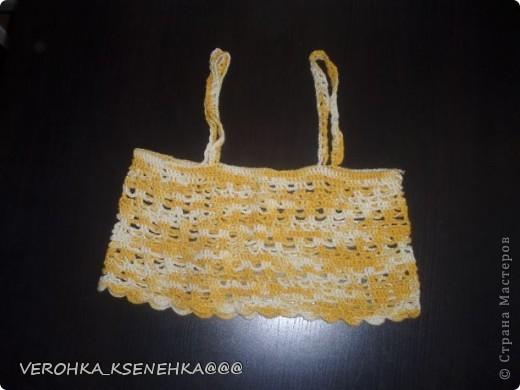 Сарафанчик связан крючком, леточка и розочки из атласной ленточки для украшения. фото 3