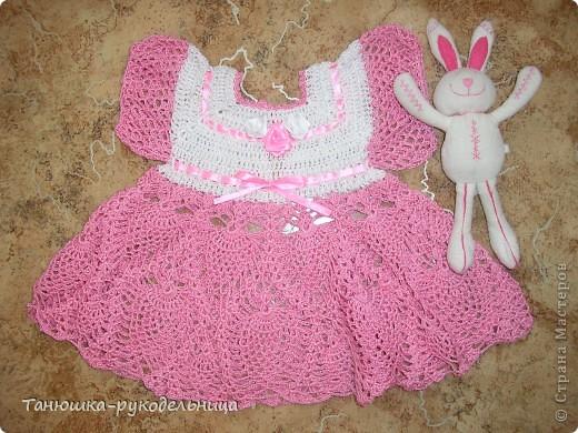 Связалось вот такое платьице для совсем маленькой модницы 1-3 месяца. Но ведь возраст для модниц значения не имеет. Они всегда должны быть самыми-самыми красивыми