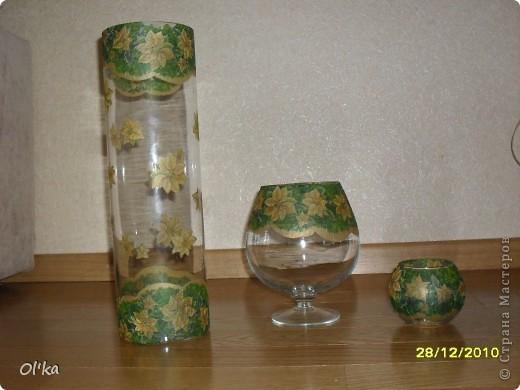 Это мои вазы, оформленные к Новогодним праздникам. Большая - для еловых лап. Бокал - для конфет. Маленькая - подсвечник.