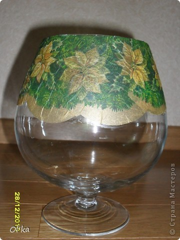 Это мои вазы, оформленные к Новогодним праздникам. Большая - для еловых лап. Бокал - для конфет. Маленькая - подсвечник. фото 3