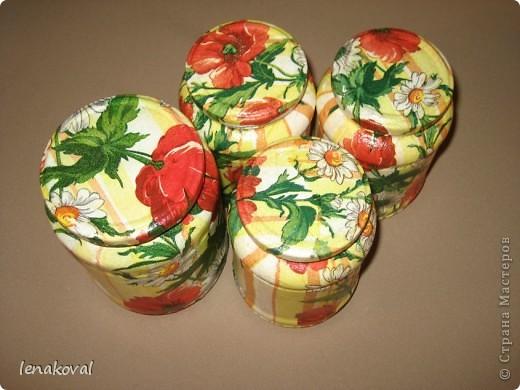 Ничего не могу с собою поделать, но баночки - такой отзывчивый объект для декорирования. Еще четыре баночки в подарок сестре невестки. Не мудрствуя лукаво, просто оклеила баночки салфеткой полностью. Очень по-весеннему, радостно, солнечно. Хозяйке баночки понравились, а значит, и я счастлива. фото 3
