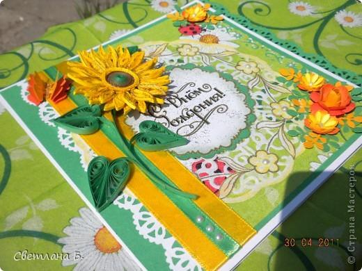 Открытка для солнечно-рыжей девушки. Для лепестков подсолнуха разрезала полосочку вдоль. Для фона использовала салфетку.  фото 3