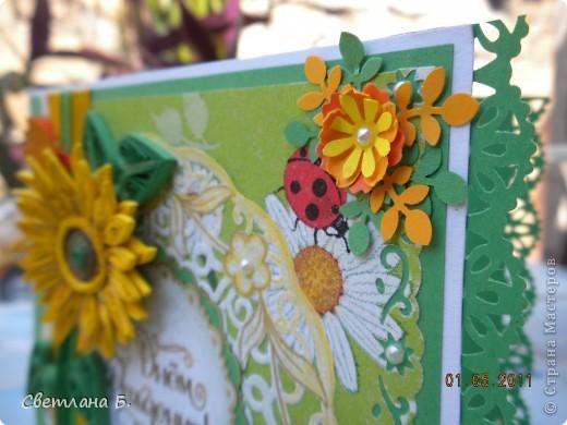 Открытка для солнечно-рыжей девушки. Для лепестков подсолнуха разрезала полосочку вдоль. Для фона использовала салфетку.  фото 5
