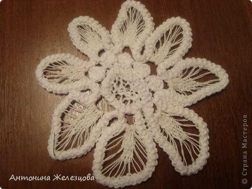 Чтобы получить такой цветок, сначала вяжется шнур-гусеничка из х/б пряжи. фото 1