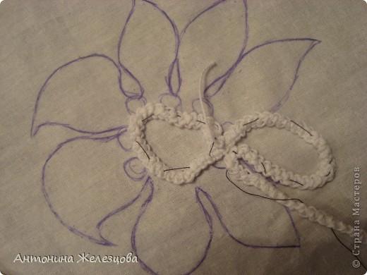 Чтобы получить такой цветок, сначала вяжется шнур-гусеничка из х/б пряжи. фото 4