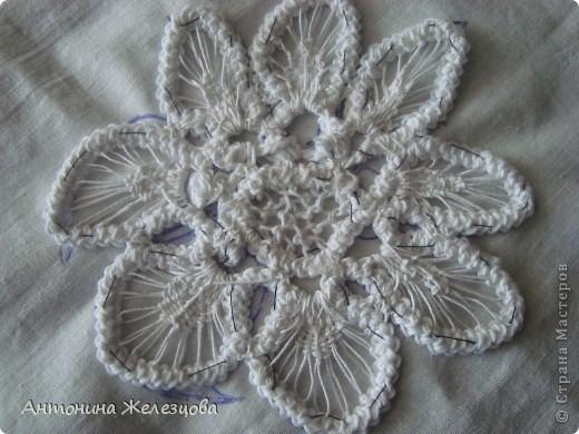 Чтобы получить такой цветок, сначала вяжется шнур-гусеничка из х/б пряжи. фото 16