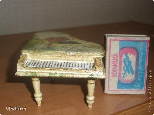 Увидела в магазине как-то мебель. Детскую. И вспомнилось, как в детстве строили с подружками квартиры для пупсов. Да только мини-мебель была в жутком дефиците. А тут....пожалуйста... И не удержалась! Первым подвернулся рояль, как признак аристократизма семьи ))) фото 5