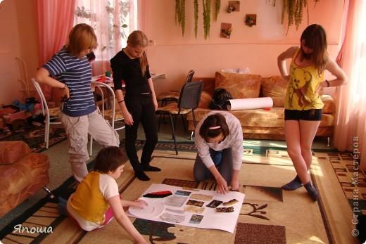 В этот раз мы работали с одной семьей (группа детей в ДД называется семья). Детки постарше в этой семье. Детям была дана тема: город-герой Новороссийск. вот сидим выбираем, что можно использовать из того, что приготовила воспитательница и что принесли мы с собой. а принесли мы много. Дети были очень рады:) фото 12