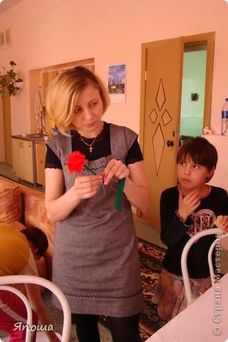 В этот раз мы работали с одной семьей (группа детей в ДД называется семья). Детки постарше в этой семье. Детям была дана тема: город-герой Новороссийск. вот сидим выбираем, что можно использовать из того, что приготовила воспитательница и что принесли мы с собой. а принесли мы много. Дети были очень рады:) фото 15
