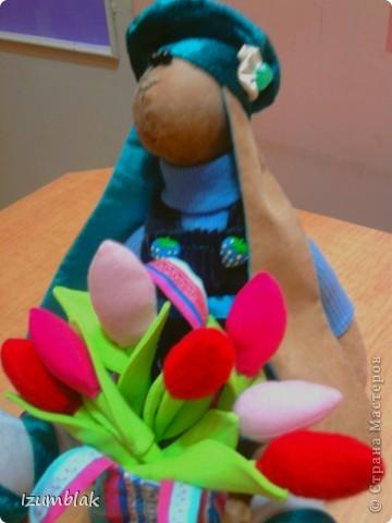 Так как цветы предназначена для маленькой зайки (рост 33см), то и тюльпаны тоже маленькие. Если вы хотите сделать букет побольше, можно просто увеличить  выкройку на копире.  фото 1
