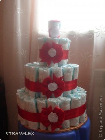 Я давно хотела сделать торт из памперсов. Но все как-то случая подходящего не было... А тут у кума доця родилась и пошли мы на смотрины в 3 месяца с таким вот тортиком!!! Не знаю как малышка, а родители были в шоке.... фото 6