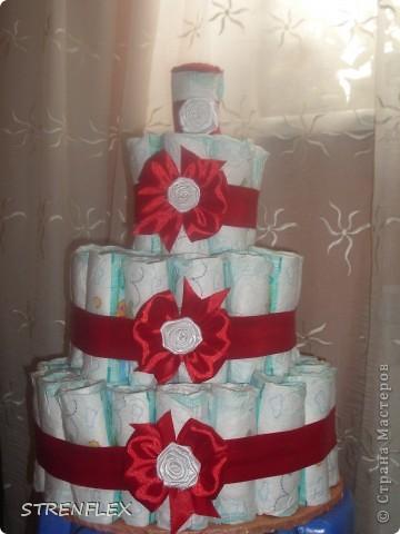 Я давно хотела сделать торт из памперсов. Но все как-то случая подходящего не было... А тут у кума доця родилась и пошли мы на смотрины в 3 месяца с таким вот тортиком!!! Не знаю как малышка, а родители были в шоке.... фото 5