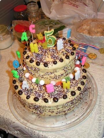 Прошел день рождения у моего сыночка, естественно, он остался доволен-) Украшали тортик мы вместе-) Уже время прошло, забыла выложить фотки. Тортик медовый, а вернее их два-) Верхний диаметром поменьше, а нижний, соответственно побольше. Крем - сметана подслащенная 20%, я купила 2 большие банки по 500 грамм, короче, в медовик я ее не жалею. Она хорошо пропитывает коржи и торт получается нежным. Скрепляла оба торта той же сметаной. Короче, ничего сложного! Сверху мастика получилась цвета кофе с молоком. Я стараюсь в рецептах использовать поменьше заменителей и химии. Как делала мастику, вот рецепт: http://stranamasterov.ru/node/61663 Только здесь я ее сделала еще и без красителя! Вместо красителя в массу я добавила какао (кофе) для получения такого оттенка-) Сверху тортик украшен глазурью для пасх. куличей, изюмом в шоколаде и клюквой в сахарной пудре. Ну и свечки-))) фото 2