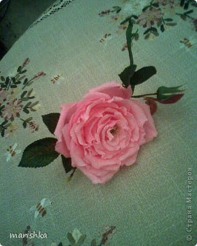 Было замечательное настроение и я решила сделать большие розочки. Первую,с диаметром цветка примерно 15 см, я сделала из гофрированной бумаги(гофр бумага для оформления букетов,более жесткая ,чем обычная гофрированная бумага). фото 3