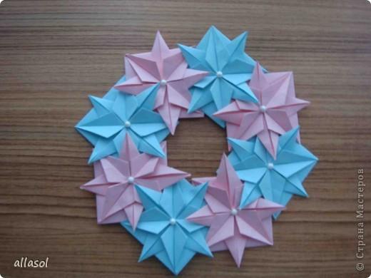 """Готовлюсь к занятиям кружка """"Оригами"""". Тема """"Орнаменты"""". Чтобы заинтересовать, стараюсь сделать образцы. Вот что у меня получилось сегодня. Это орнамент """"Иллюзия"""". Делала по книге Т.Сержантовой """"100 праздничных моделей оригами"""". Выглядит красиво, но уж очень много слоев. Ведь этот орнамент из 20 модулей. фото 9"""