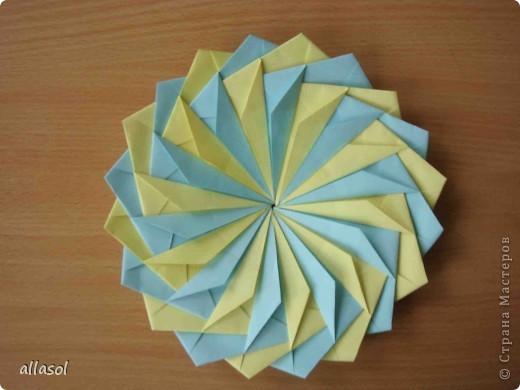 """Готовлюсь к занятиям кружка """"Оригами"""". Тема """"Орнаменты"""". Чтобы заинтересовать, стараюсь сделать образцы. Вот что у меня получилось сегодня. Это орнамент """"Иллюзия"""". Делала по книге Т.Сержантовой """"100 праздничных моделей оригами"""". Выглядит красиво, но уж очень много слоев. Ведь этот орнамент из 20 модулей. фото 2"""