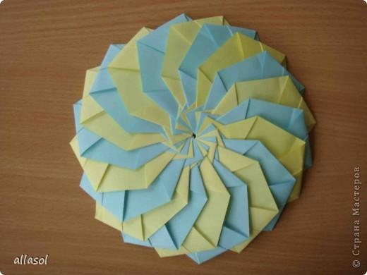"""Готовлюсь к занятиям кружка """"Оригами"""". Тема """"Орнаменты"""". Чтобы заинтересовать, стараюсь сделать образцы. Вот что у меня получилось сегодня. Это орнамент """"Иллюзия"""". Делала по книге Т.Сержантовой """"100 праздничных моделей оригами"""". Выглядит красиво, но уж очень много слоев. Ведь этот орнамент из 20 модулей. фото 3"""