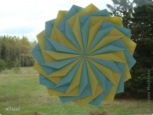 """Готовлюсь к занятиям кружка """"Оригами"""". Тема """"Орнаменты"""". Чтобы заинтересовать, стараюсь сделать образцы. Вот что у меня получилось сегодня. Это орнамент """"Иллюзия"""". Делала по книге Т.Сержантовой """"100 праздничных моделей оригами"""". Выглядит красиво, но уж очень много слоев. Ведь этот орнамент из 20 модулей. фото 1"""