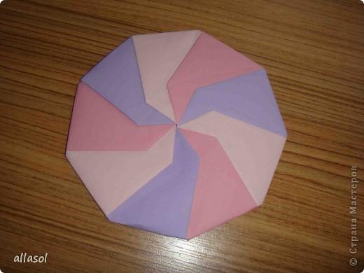 """Готовлюсь к занятиям кружка """"Оригами"""". Тема """"Орнаменты"""". Чтобы заинтересовать, стараюсь сделать образцы. Вот что у меня получилось сегодня. Это орнамент """"Иллюзия"""". Делала по книге Т.Сержантовой """"100 праздничных моделей оригами"""". Выглядит красиво, но уж очень много слоев. Ведь этот орнамент из 20 модулей. фото 5"""