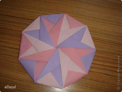 """Готовлюсь к занятиям кружка """"Оригами"""". Тема """"Орнаменты"""". Чтобы заинтересовать, стараюсь сделать образцы. Вот что у меня получилось сегодня. Это орнамент """"Иллюзия"""". Делала по книге Т.Сержантовой """"100 праздничных моделей оригами"""". Выглядит красиво, но уж очень много слоев. Ведь этот орнамент из 20 модулей. фото 4"""